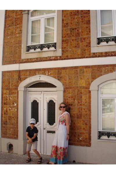 Dom w brazowym azulejos.