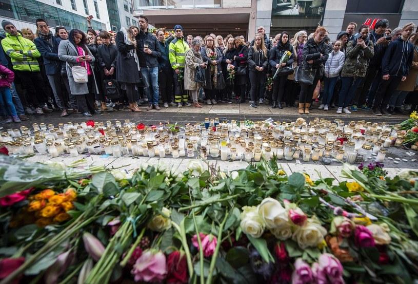 W miejscu, gdzie doszło do zamachu mieszkańcy Sztokholmu składali kwiaty i znicze /AFP