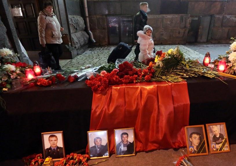 W miejscu zamachu ludzie składają kwiaty, zapalają znicze /AFP