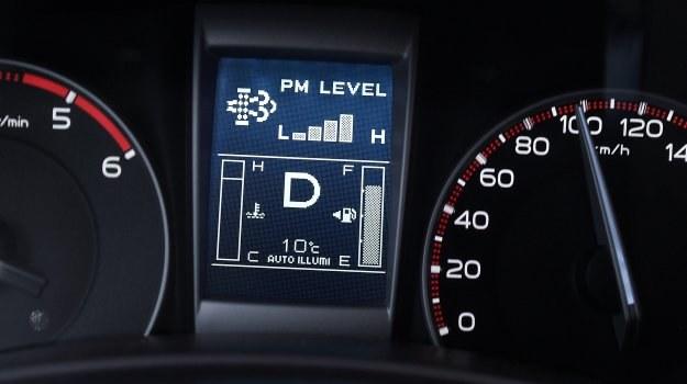W nielicznych modelach (na zdjęciu Isuzu D-Max) można monitorować stan zapełnienia filtra i procedurę samooczyszczania. /Motor