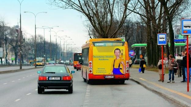 W obszarze zabudowanym kierowca zobowiązany jest do zmniejszenia prędkości, a w razie potrzeby zatrzymania się w celu umożliwienia kierującemu autobusem włączenie się do ruchu. /Motor