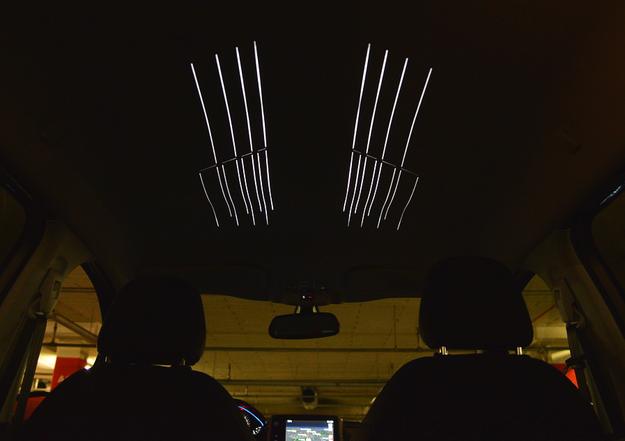 W odmianie Allure seryjne jest oświetlenie nastrojowe, w tym m.in. podsufitki (w postaci podłużnych linii). /Motor