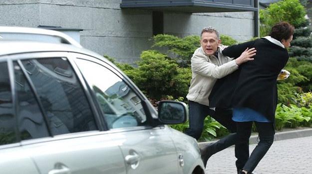 W ostatniej chwili Artur odepchnie Marię na bok! /www.mjakmilosc.tvp.pl/
