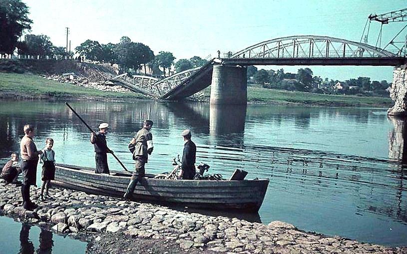 W pierwszych tygodniach okupacji hitlerowskiej straszyły wysadzone w powietrze przez Wojsko Polskie obornickie mosty /&nbsp