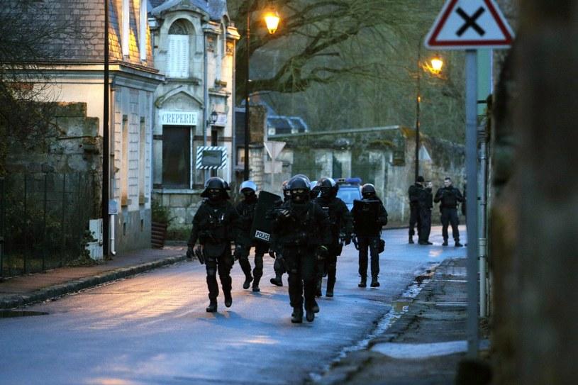 W Pikardii przy granicy z przylegającym do Paryża departamentem Val d'Oise żandarmeria i jednostki antyterrorystyczne na obszarze 20 kilometrów kwadratowych prowadzą poszukiwania zabójców. /PAP/EPA