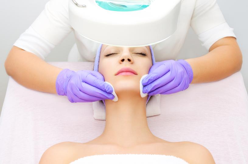 W Polsce medycyną estetyczną mogą zajmować się także kosmetyczki /123RF/PICSEL