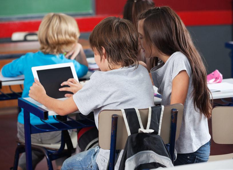 W polskich szkołach nie ma jednolitych regulacji dotyczących korzystania z urządzeń mobilnych /123RF/PICSEL