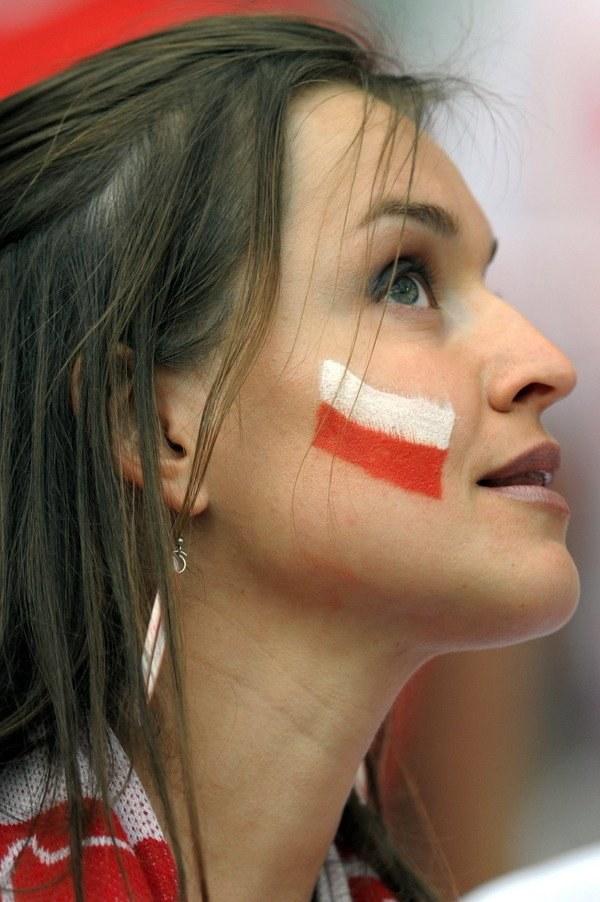 W polskiej piłce kobiety zajmują się głównie kibicowaniem panom. /AFP