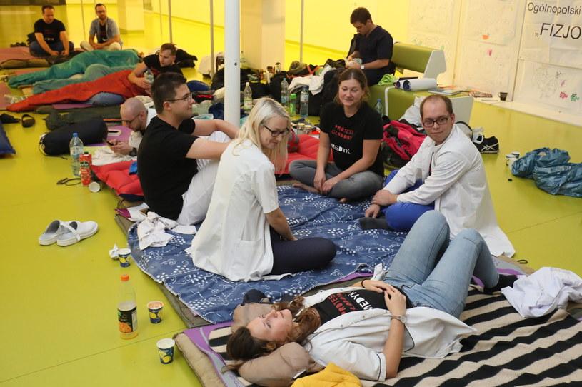 W poniedziałek lekarze rezydenci rozpoczęli protest głodowy w Dziecięcym Szpitalu Klinicznym przy ul. Żwirki i Wigury w Warszawie /Paweł Supernak /PAP