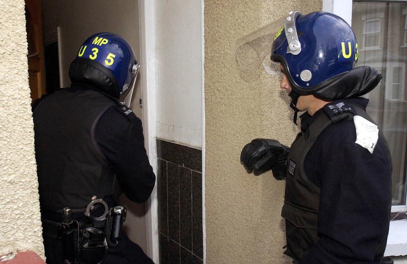 W poniedziałek około stu funkcjonariuszy policji dokonało przeszukań pomieszczeń prywatnych /Chris Young /AFP