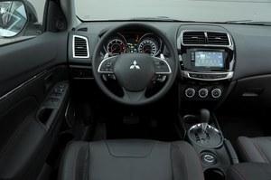 W porównaniu do Kii, tablica przyrządów Mitsubishi sprawia wrażenie archaicznej. Obsługa nie sprawia problemów, zegary są czytelne. Plus za łopatki do zmiany biegów. /Motor