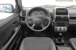 W porównaniu z Toyotą, Honda jest w środku trochę ponura. Jakość wykończenia jest wysoka, ale nie rewelacyjna – to typowe dla Hond produkowanych w Wielkiej Brytanii. /Motor