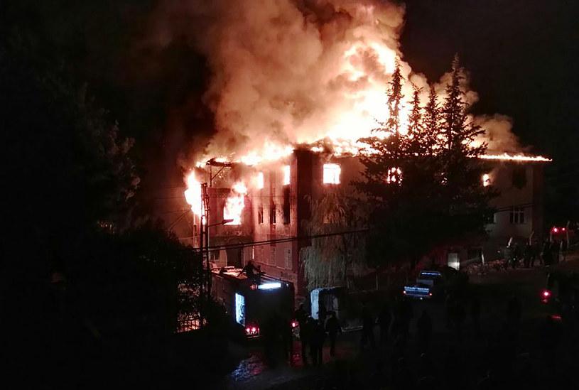 W pożarze zginęło 12 osób /AFP