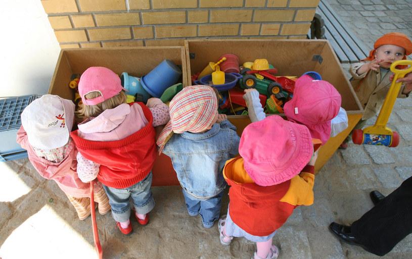 W przedszkolach wciąż brakuje miejsc /AFP