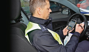 W przenośnym komputerze policjant sprawdzi, czy kierowca posiada prawo jazdy. /Motor