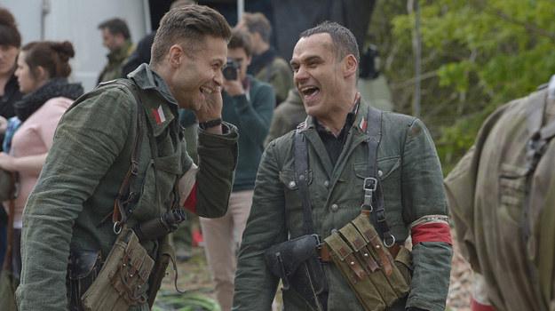 """W przerwie aktorzy """"na gorąco"""" opowiadali przez telefon o swoich wrażeniach z planu (od lewej Maciej Zakościelny i Jan Wieczorkowski). /Gałązka /AKPA"""