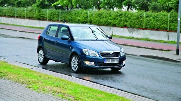 W przypadku deszczu widoczność staje się ograniczona. W związku z tym kierowca musi włączyć światła mijania. /Motor