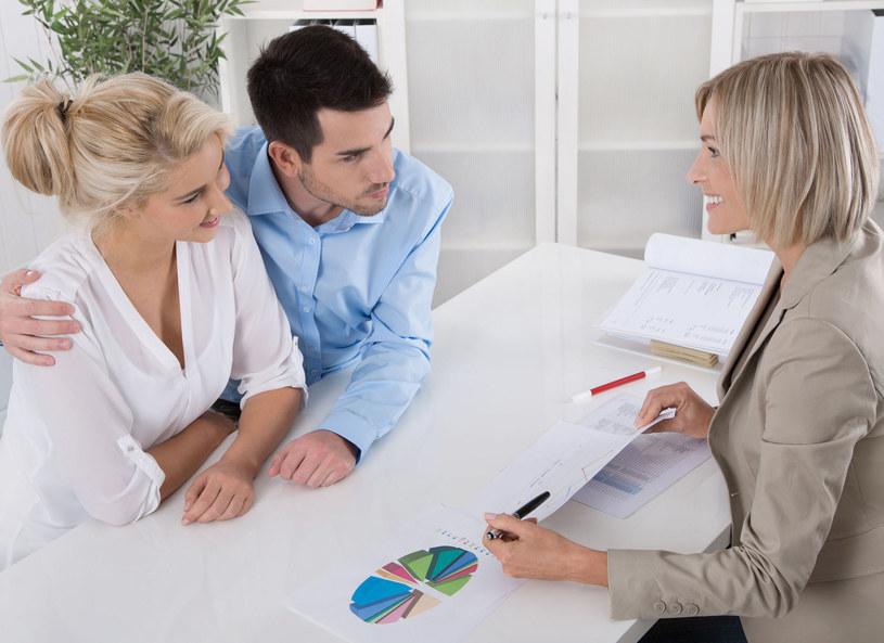 W przypadku kredytu konsumenckiego trzeba zwrócić uwagę na całkowity koszt kredytu, czyli odsetki i opłaty dodatkowe /Picsel /©123RF/PICSEL