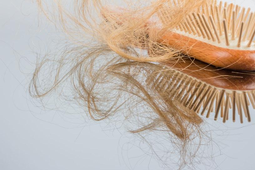W przypadku łysienia plackowatego utrata włosów jest stopniowo coraz większa, może prowadzić do całkowitego wyłysienia skóry głowy /123RF/PICSEL