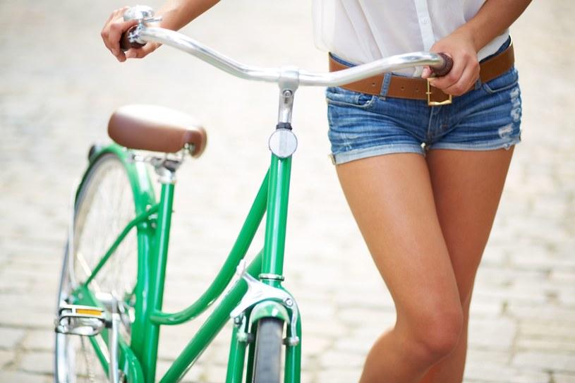 W przypadku szortów z dżinsu zawsze możemy jeszcze pograć dodatkami! /©123RF/PICSEL