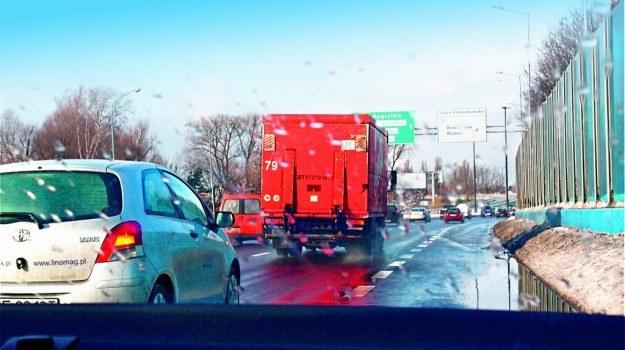W przypadku ucieczki kierowcy ciężarówki, z której lód spadł i uszkodził nasze auto, należy zapisać numery rejestracyjne pojazdu i zgłosić się na policję. /Motor