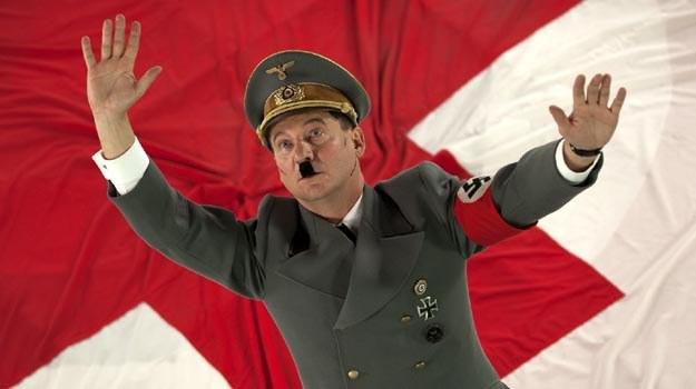 """W roli Adolfa Hitlera w """"AmbaSSadzie"""" zobaczymy Roberta Więckiewicza. /materiały dystrybutora"""