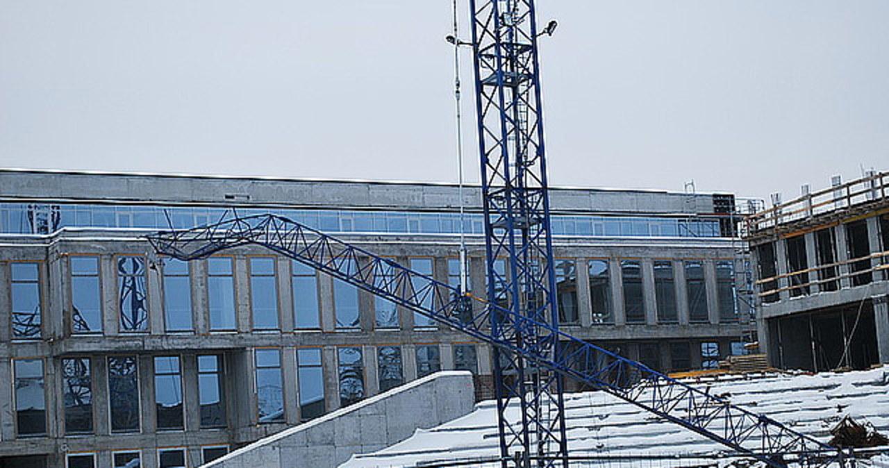 W Rzeszowie na placu budowy złamał się dźwig