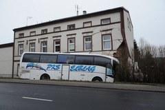 W Sianowie autobus wbił się w kamienicę