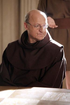 """W """"Sile wyższej"""" jako gwardian Jan prowadzi zakon franciszkanów konkurujący z ośrodkiem dla buddystów. /fot v /AKPA"""