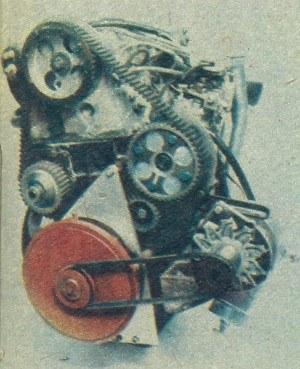 W silniku Ricardo przewidziano z przodu dodatkowe koło zamachowe wirujące w przeciwnym niż wał korbowy kierunku i spełniające rolę spotykanego w innych silnikach 3-cylindrowych wałka wyważającego. /Volvo