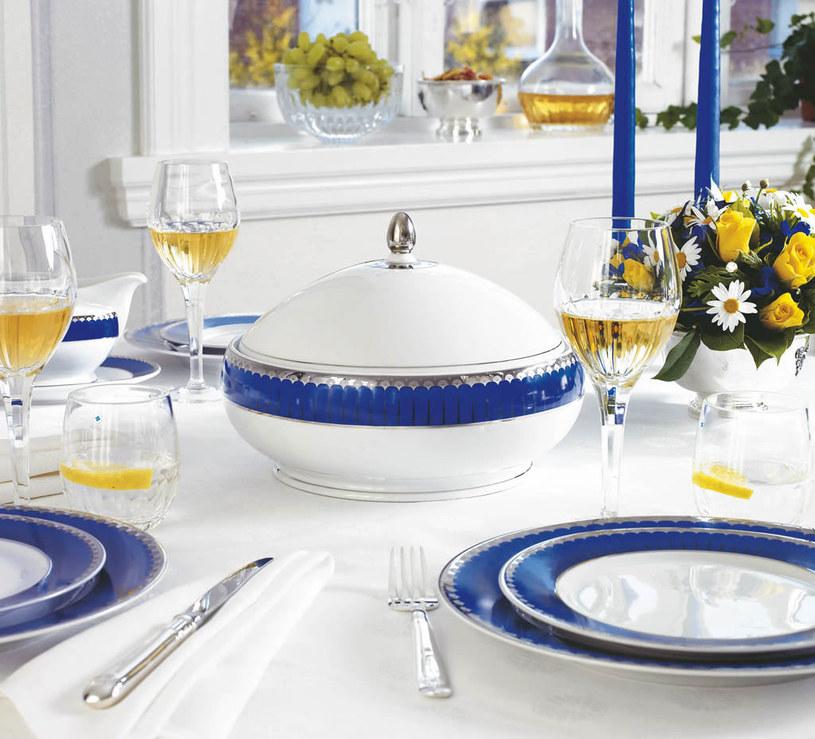 W skład zastawy stołowej Marianne Royal Blue wchodzą płaskie i głębokie talerze obiadowe, gustowne półmiski, salaterki oraz przepiękna waza /materiały prasowe /materiały prasowe