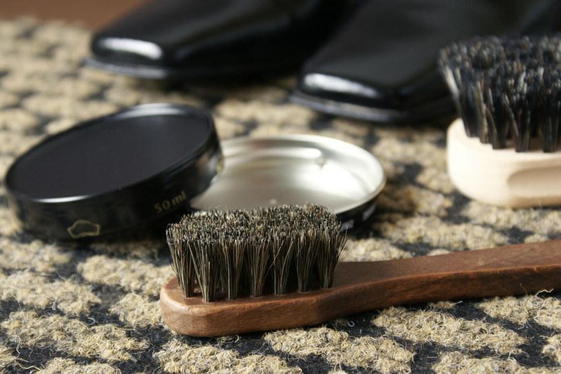 W sklepach jest dużo preparatów do pielęgnacji obuwia. Nie kupuj ich pochopnie /Marianna Osko /East News