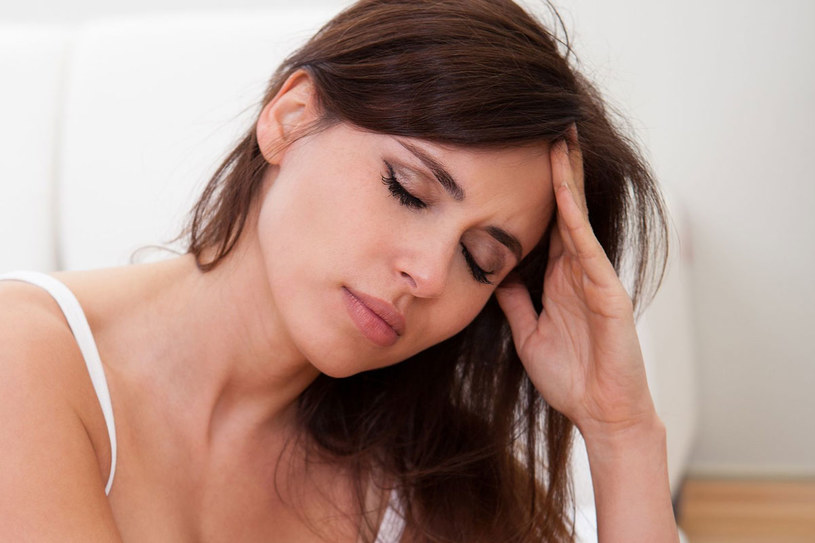 W skronie wmasuj delikatnie odrobinę olejku lawendowego lub amolu (jeśli ich zapach ci odpowiada). Zamknij oczy, połóż się w wywietrzonym pomieszczeniu. Odpocznij /©123RF/PICSEL