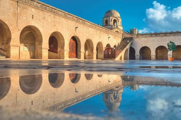 W Sousse zachował się meczet  z 851 r. Nie ma tradycyjnego minaretu, jest za to wyposażony  w wieżyczki i mury obronne,  bo był kiedyś fortecą. Turyści mogą wejść tylko na dziedziniec. /123/RF PICSEL