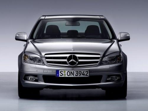 W sportowo stylizowanej odmianie Avantgarde gwiazdę wkomponowano w atrapę chłodnicy. /Mercedes