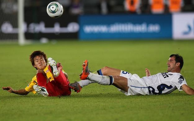 W spotkaniu Interu z Seongnam nie brakowało ostrych starć. Na zdjęciu Hong Chul i Dejan Stanković /AFP
