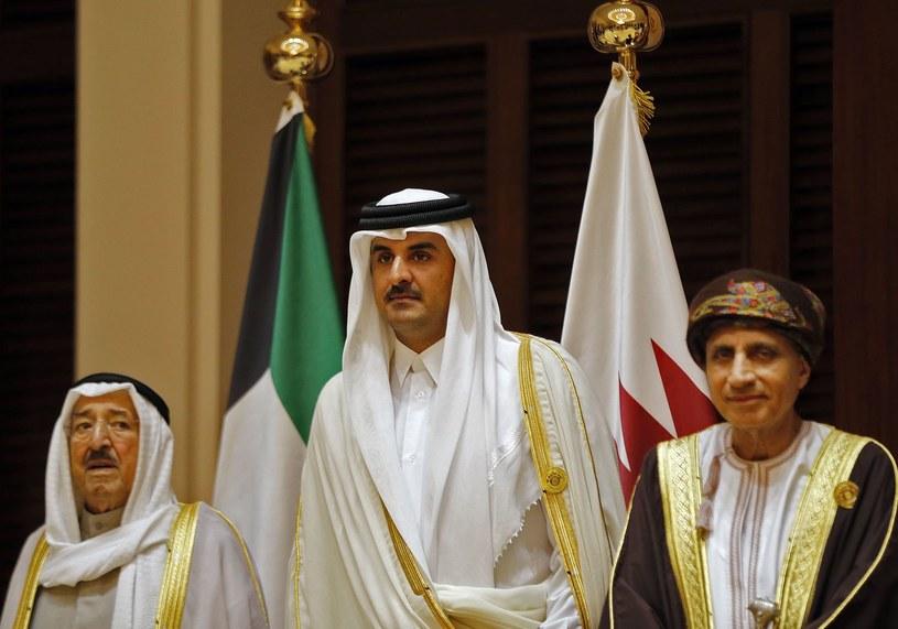W środku emir Kataru Sheikh Tamim bin Hamad al-Thani /AFP