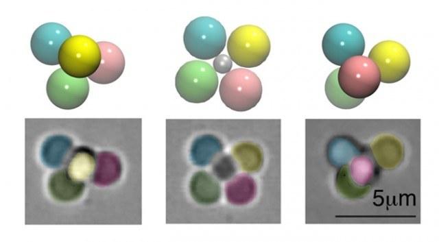 W środku konfiguracja naturalna nanocząstek, po bokach systemy chiralne /materiały prasowe