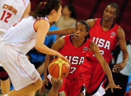 W środku (nr 7) Swin Cash - gwiazda WNBA i reprezentantka USA /AFP
