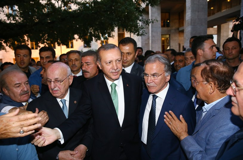 W środku prezydent Turcji Recep Tayyip Erdogan /PAP/EPA