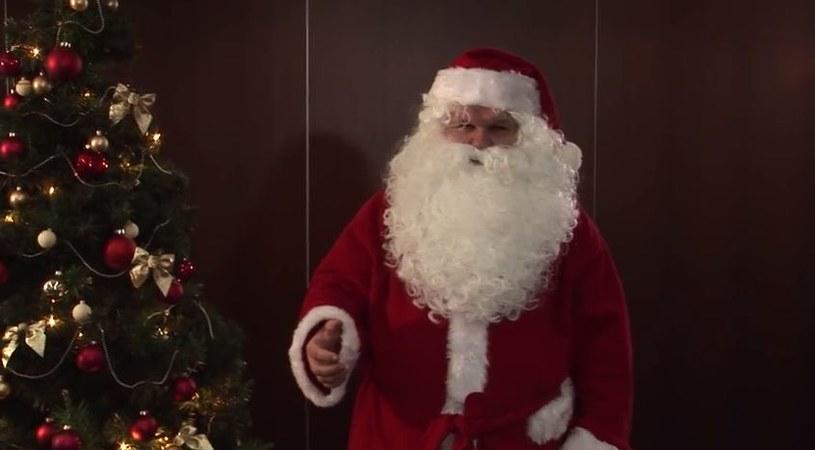 W stroju Mikołaja zachęca do zaszczepienia się/fot. You Tube /