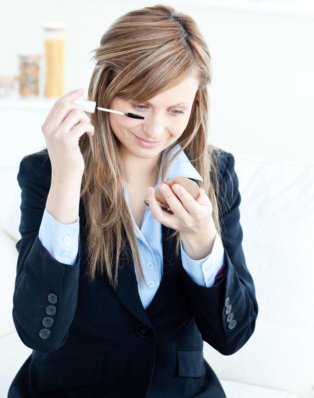 W szufladzie swojego biurka możesz trzymać kilka postawowych kosmetyków, aby w razie niepodziwanego spotkania, zawsze móc poprawić makijaż /© Panthermedia