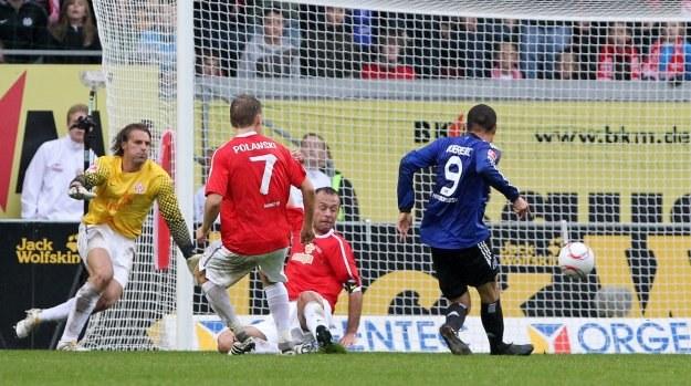 W taki sposób Jose Paolo Guerrero (numer 9 na niebieskiej koszulce) strzelił jedynego gola dla HSV /AFP