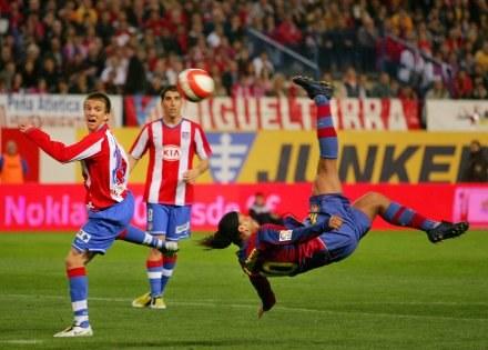W taki sposób Ronaldinho strzelił pierwszą bramkę w meczu Atletico-Barcelona /AFP