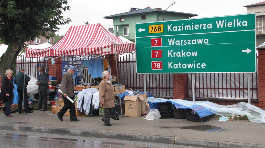 W takich warunkach handlują teraz kupcy w Jędrzejowie /Maciej Grzyb /RMF FM