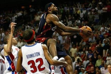 W ten sposób LeBron James zdobył decydujące punkty /AFP