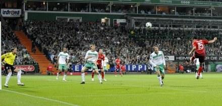 W ten sposób Piotr Trochowksi zdobył gola dla HSV. /AFP