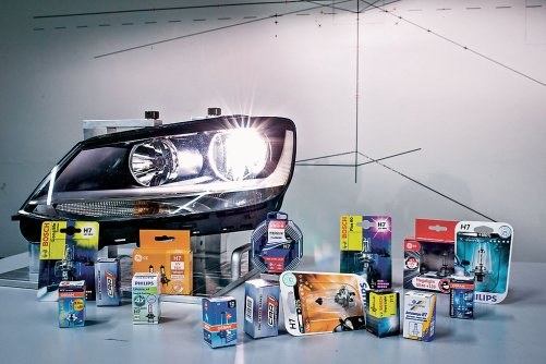W teście ADAC wzięło udział 15 żarówek. Do oceny ich działania wykorzystano reflektor z VW Sharana. /ADAC