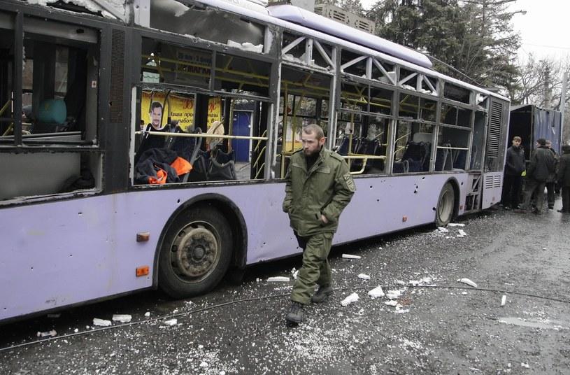 W trolejbus trafił pocisk /PAP/EPA