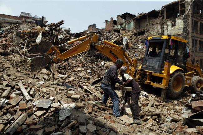 W trzęsieniu ziemi w Nepalu zginęło ponad 7,7 tys. osób /Mast Irham /PAP/EPA